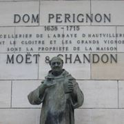 La statua del Dom nella sede di Moët