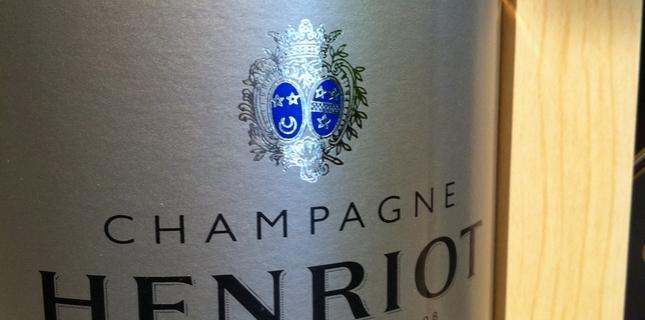 <h6>Champagne Henriot</h6>Henriot � una delle maison pi� radicate nella champagne e possiede dei vigneti fin dal 1640, quando la famiglia si trasfer� dalla Lorena per ampliare i suoi commerci. Oggi � tra le pi� reputate e le sue produzioni sono sempre di indubbia qualit�. Caratteristica dell'azienda � il grande utilizzo dello Chardonnay, tagliato a volte con il Pinot Noir, mentre non viene utilizzato assolutamente il Meunier.