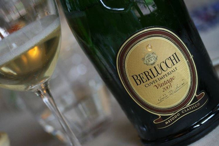 Bicchiere e bottiglia di berlucchi cuvee imperiale