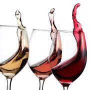 Bicchieri con vino rosso, rosato e bianco