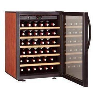 una cantina industriale per la conservazione del vino