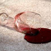 una macchia di vino rosso difficile da togliere