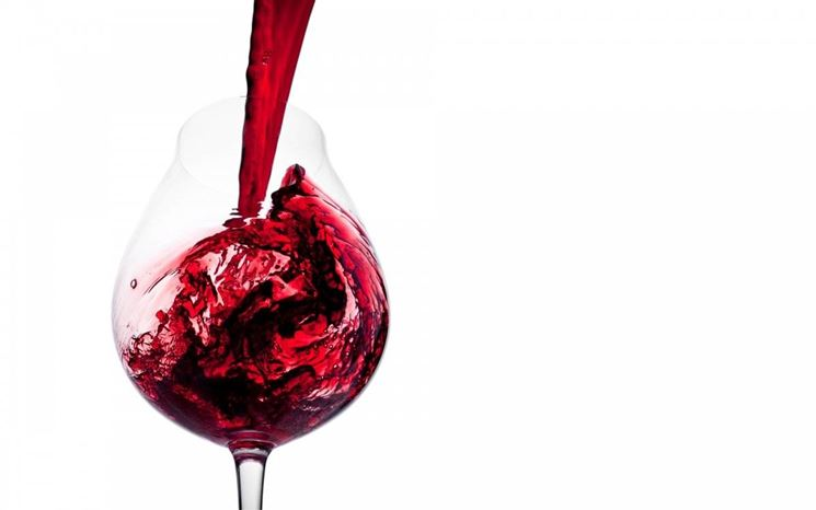 Donna che beve un bicchiere di vino