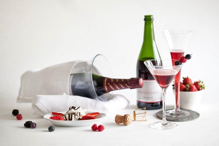 Bottiglie e calici di Brachetto d'Acqui, tipico vino spumante frizzante del Piemonte