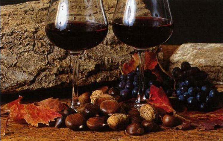Due bicchieri di vino novello e castagne